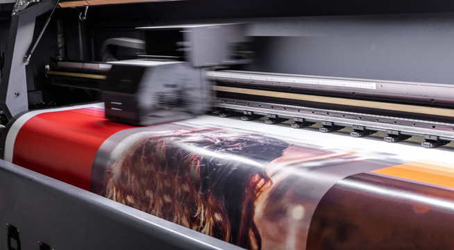 Large format digital printing machine and moving print head