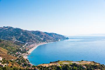 Küste bei Taormina mit Hubschauberlandeplatz, in Richtung Lehtojanni und Messina