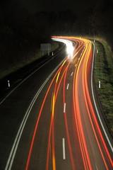 Lichtstreifen auf der Fahrbahn