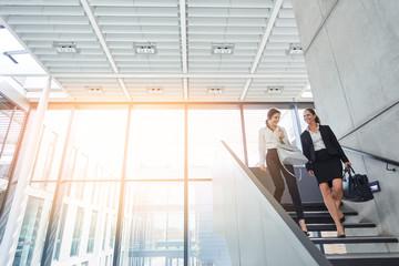 Business Frauen reden auf Treppe miteinander