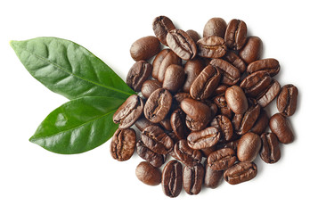 Poster Salle de cafe Heap of roasted coffee beans and leaves