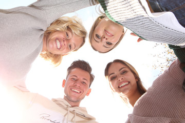 Eine Gruppe junger Leute lacht in die Kamera