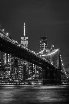 Brooklyn Bridge in Manhattan bei Nacht in schwarz weiß