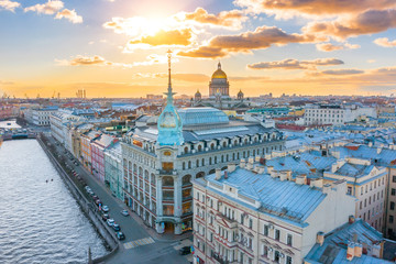 Department store shop class luxury, near the Red Bridge, historical buildings of Saint-Petersburg. In the background the city and St. Isaac's Cathedral dome of golden color, in the evening at sunset. Fototapete