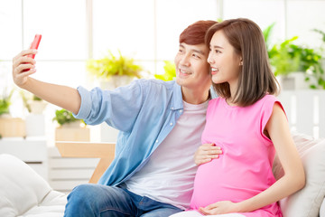 pregnant woman selfie with husband