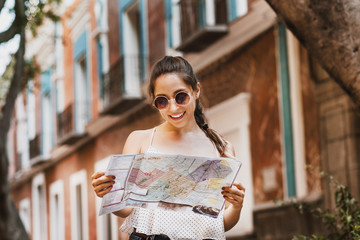Fototapeta tourist latin girl with map, travel, leisure, holidays in a Hispanic and colonial city in Mexico obraz