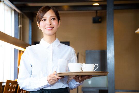 カフェでアルバイトする女の子