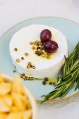 Ziegenkäse mit Oliven