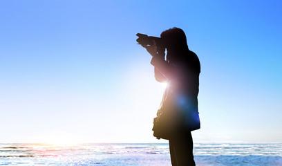 写真撮影をする人のイメージ