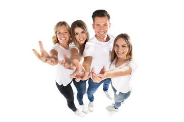 Junge Leute recken ihre Hände Richtung Betrachter