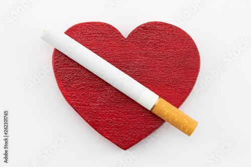 Una Sigaretta Sopra Un Cuore Rosso Su Sfondo Bianco Stock Photo And