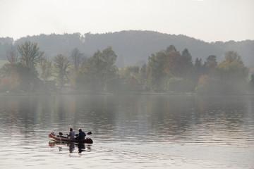 Senioren Paar paddeln im Kanu auf dem See