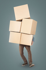 Mann trägt einen großen Stapel Kartons