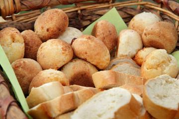 Selbst gebackene Bio Brötchen mit Käse in Weißbrot am Buffet