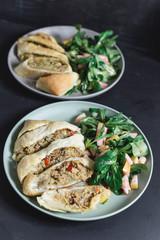 Hackfleischstrudel mit Kohl und Paprika, dazu Feldsalat mit Birne und Preiselbeerdressing