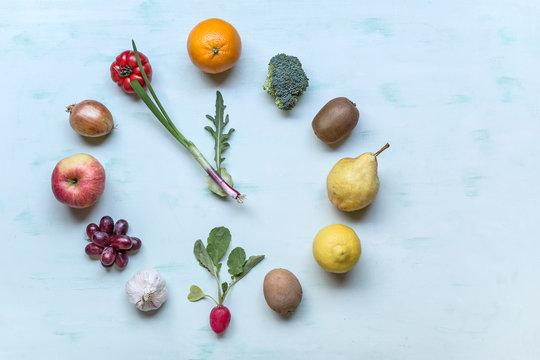 Obst und Gemüse im Kreis gelegt als Uhr