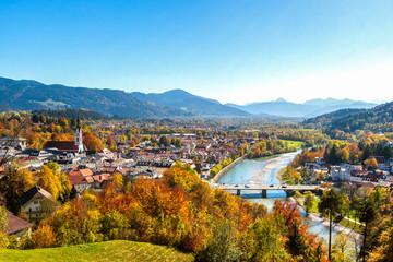 Fotobehang Blauw Blick über Bad Tölz