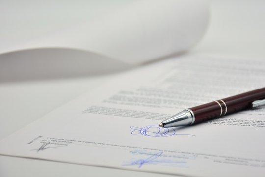 Documento firmado con un bolígrafo, contrato