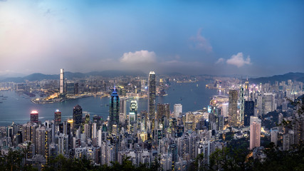 Fototapete - Panorama view of Hong Kong skyline on the evening seen from Victoria peak, Hong Kong, China.