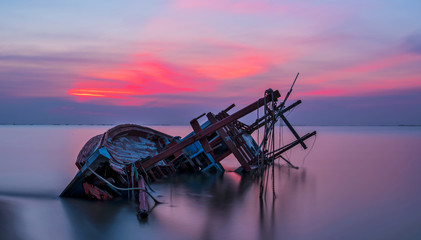 Poster Naufrage Shipwreck in Kratinglay beach Chonburi with beautiful sunset and twilight sky
