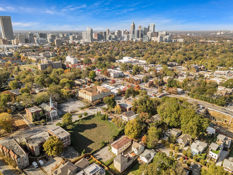 atlanta neighborhood with skyline in background