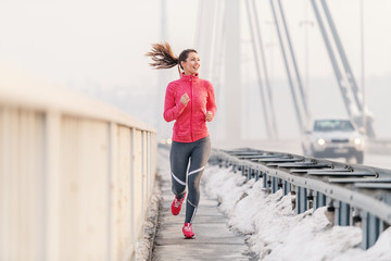 Photo sur Plexiglas Glisse hiver Beautiful fitness woman enjoying at winter morning. Winter fitness concept.