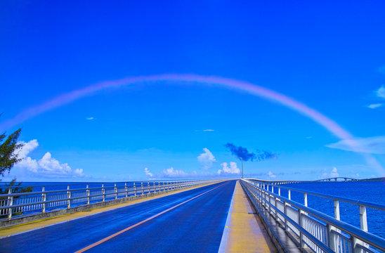 真夏の宮古島、朝のスコール後に出来た虹と伊良部大橋