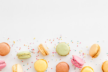 Foto op Textielframe Macarons Brignt macarons for sweet break on white background top view mock up
