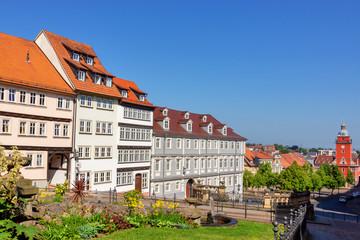 Wasserkunst und Gebäude am Schlossberg in Gotha, Thüringen, Deutschland