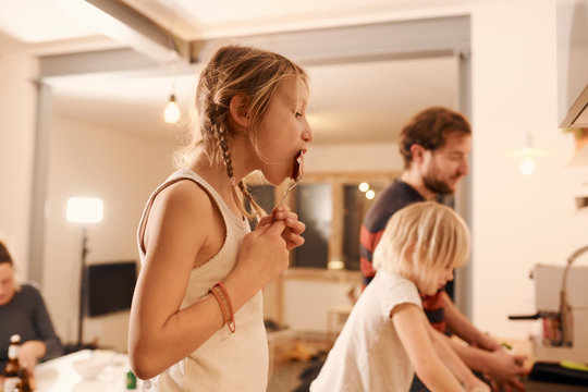 Kinder, backen, Küche, Familie, Mädchen, Löffel, Zöpfe, kitchen, family, zuhause, at home, lebensfreude, moment, feel good