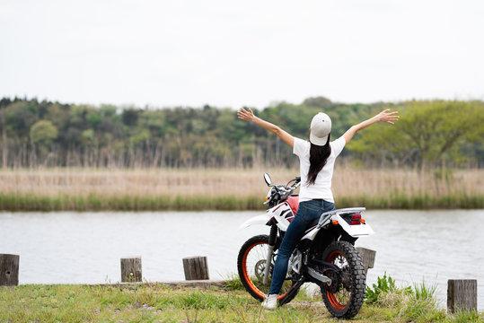 オフロードバイクと日本人女性