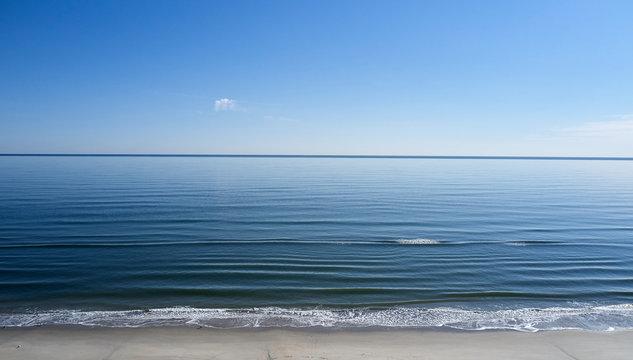USA, North Carolina, Atlantic Ocean meeting the coastline of the Outer Banks