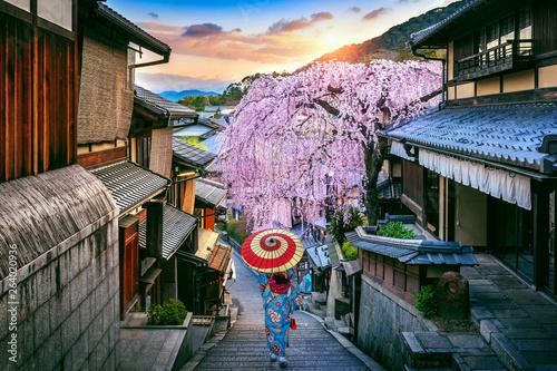 Wall mural Woman wearing japanese traditional kimono walking at Historic Higashiyama district in spring, Kyoto in Japan.