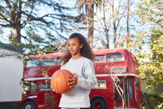 Mädchen freut sich auf Basketball Spiel