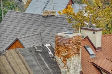Fototapeta stare i nowe dachy, kominy pieców węglowych, zanieczyszczenie powietrza spalanym węglem, ochrona czystości powietrza obraz
