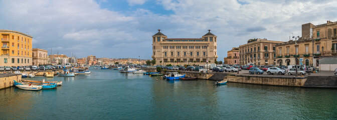 Panoramic view of the island Ortigia and cityscape of Siracusa from the bridge Umbertino in Sicily, Italy Fototapete