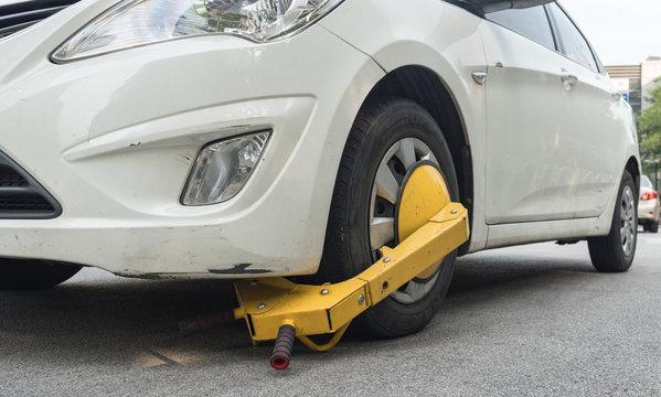 Car wheel blocked by wheel lock because illegal parking violation