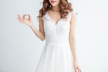 白背景に白いレースのドレスを着た美脚の女性が手で表記している丸をモデル美人綺麗キャバクラキャバ嬢