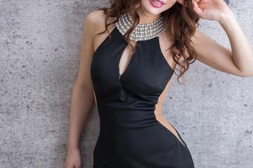黒のタイトドレスを着た美脚の女性モデル美人綺麗キャバクラキャバ嬢
