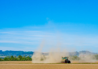 Traktor auf ausgetrocknetem Feld