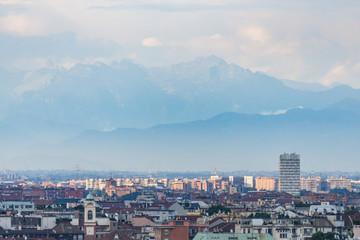 De skyline van de stad van Milaan met gebouw en bergen gezien op avond. Italië, Europa.