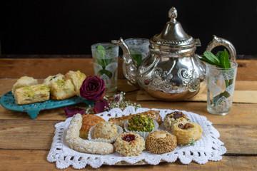 Pastelitos y dulces con té con menta y flores.Imagen de celebración. Close-up.
