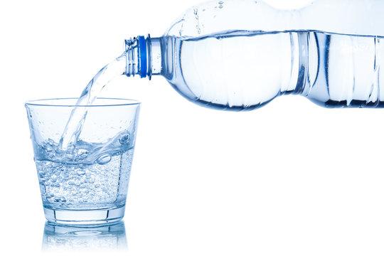Wasser ins Glas einschenken eingießen Mineralwasser freigestellt Freisteller isoliert