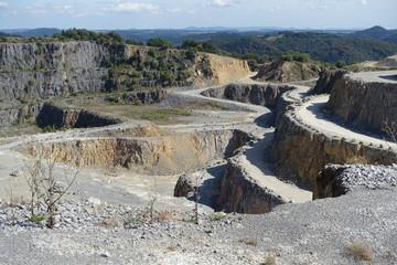 Steinbruch, bizarre Schotterpiste im Tagebau