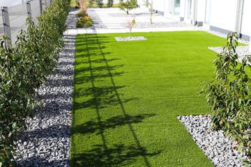 Garten mit sehr gepflegtem Rollrasen
