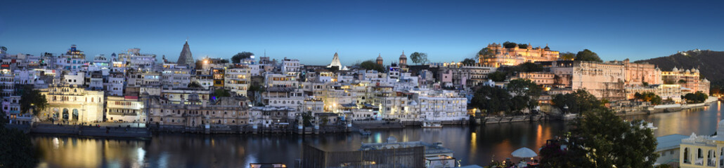 Fototapete - beautiful panoramic night view of Udaipur city in Rajastan, India with famous Pichola lake and historical buildings