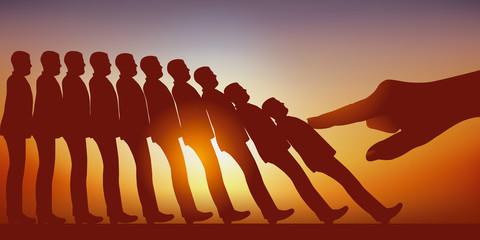 Concept du licenciement avec la main d'un leader qui pousse et fait tomber comme des dominos, des hommes rangés en colonne.