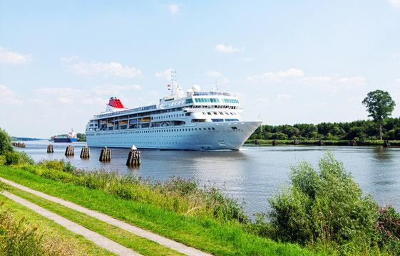 Nord-Ostsee-Kanal, Kreuzfahrtschiff auf dem Weg in die Nordsee, Kreuzfahrttourismus
