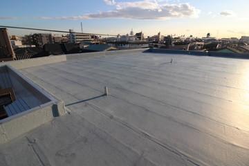 夕暮れ時のマンションの屋上防水