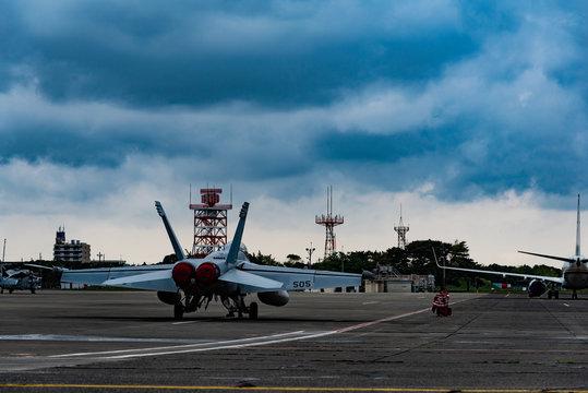 飛行場のジェット戦闘機